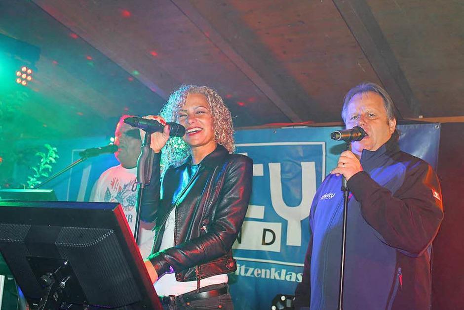 Die Band Infinity auf der Freilichtbühne des Merdinger Weinfestes. (Foto: Mario Schöneberg)