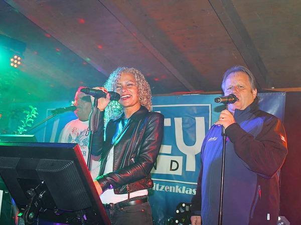 Die Band Infinity auf der Freilichtbühne des Merdinger Weinfestes.
