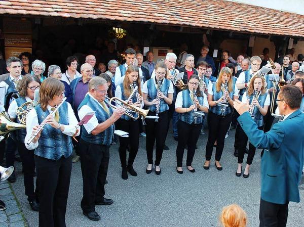 Der Merdinger Musikverein spielt auf.