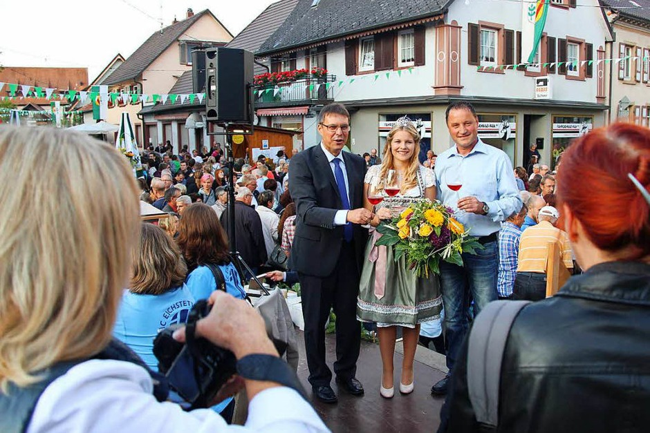 Umlagert von Fotografen: Die Eröffnung des Schwibogefestes mit der Kaiserstühler Wienprinzessin Sinja Hornecker. (Foto: Horst David)