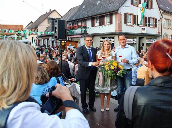 Umlagert von Fotografen: Die Eröffnung des Schwibogefestes mit der Kaiserstühler Wienprinzessin Sinja Hornecker.