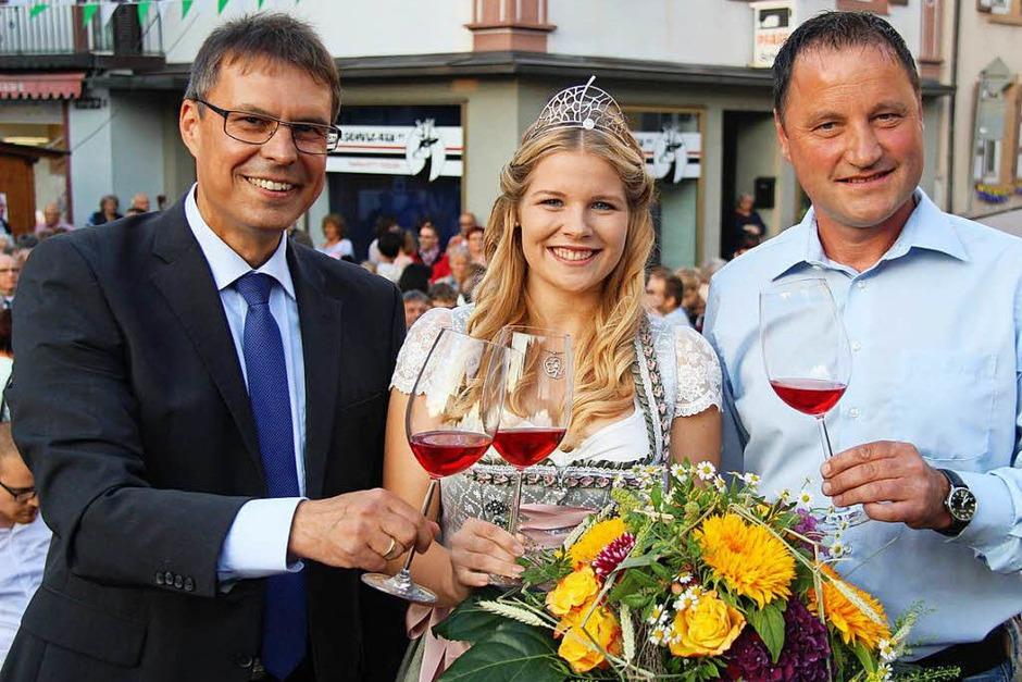 Mit Rosé stoßen Bürgermeister Michael Bruder (links) und Arndt Köbelin als Sprecher der Winzer zusammen mit  Sinja Hornecker auf die Festeröffnung im Heimatort der neuen Kaiserstühler Weinprinzessin an. (Foto: Horst David)