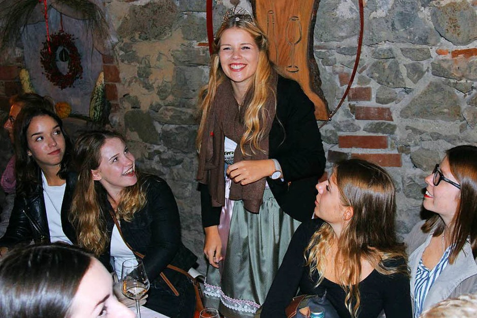 Im Anschluss der Eröffnung feiert die Weinprinzessin im Festhof des Chores MixDur (Foto: Horst David)