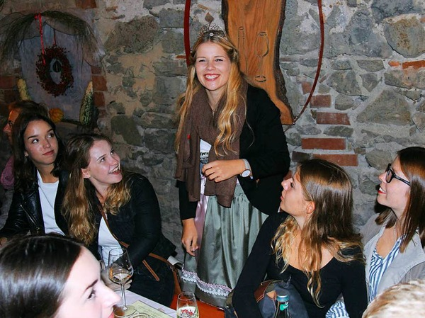 Im Anschluss der Eröffnung feiert die Weinprinzessin im Festhof des Chores MixDur