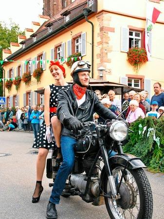 Beim Brauchtumsnachmittag am Samstag: Ein Biker aus den 50er Jahren mit Motorradbraut