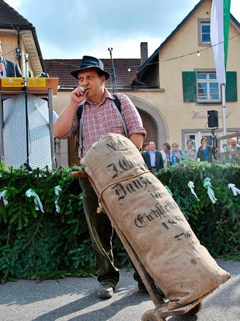 Beim Brauchtumsnachmittag am Samstag: Eine Sackkarre mit Holzrädern und Fruchtsack darauf