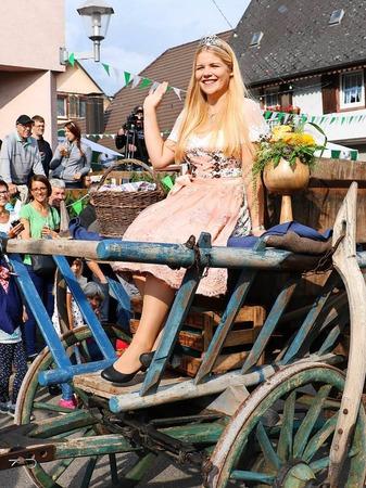 Beim Brauchtumsnachmittag am Samstag: Weinprinzessin Sinja Hornecker auf einem Herbstwagen von früher