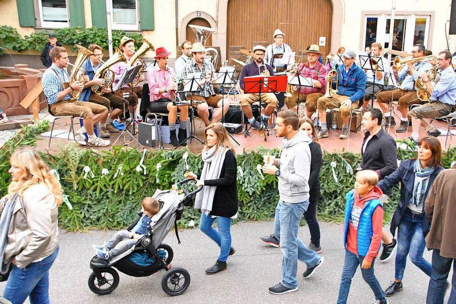 """Unermüdlich: die """"Luttlinger"""" Musikanten am frpühen Samstagabend auf der Freibühne. (Foto: Manfred Frietsch)"""