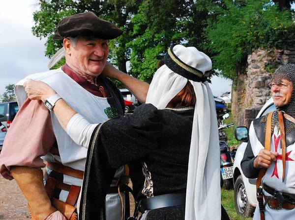 Auch ein Ritter muss perfekt angezogen sein - das Ehepaar Annerose und Werner Bauer beim Weg zur Burg.