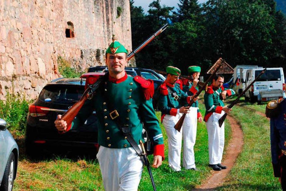 Die Freiburger Bürgerwehr auf dem Weg zur Burg (Foto: Sylvia-Karina Jahn)