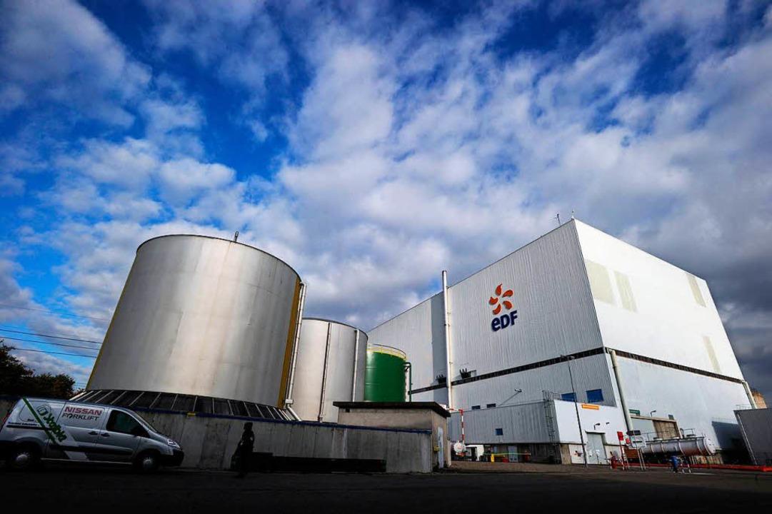 Auf dem Dach von Reaktor 2 des Akw in ...nden Wochen Handwerker bei der Arbeit.  | Foto: AFP