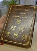 Ein Blick ins Goldene Buch der Gemeinde zeigt interessante Einträge