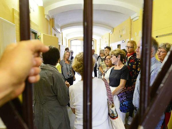 Leserinnen und Leser im alten Gefängnis im Innenhof des Amtsgerichts.