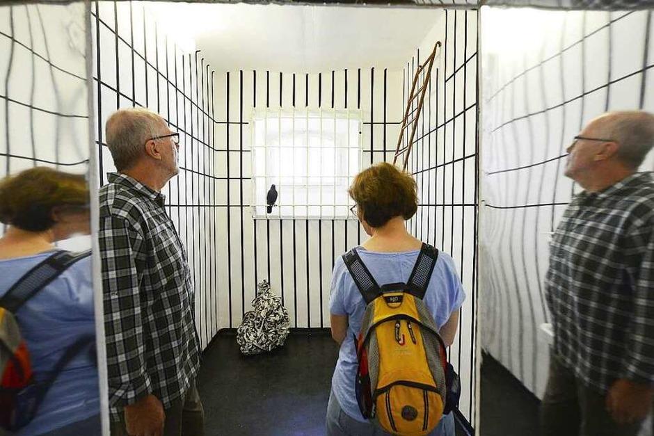 Leserinnen und Leser im alten Gefängnis im Innenhof des Amtsgerichts. (Foto: Ingo Schneider)