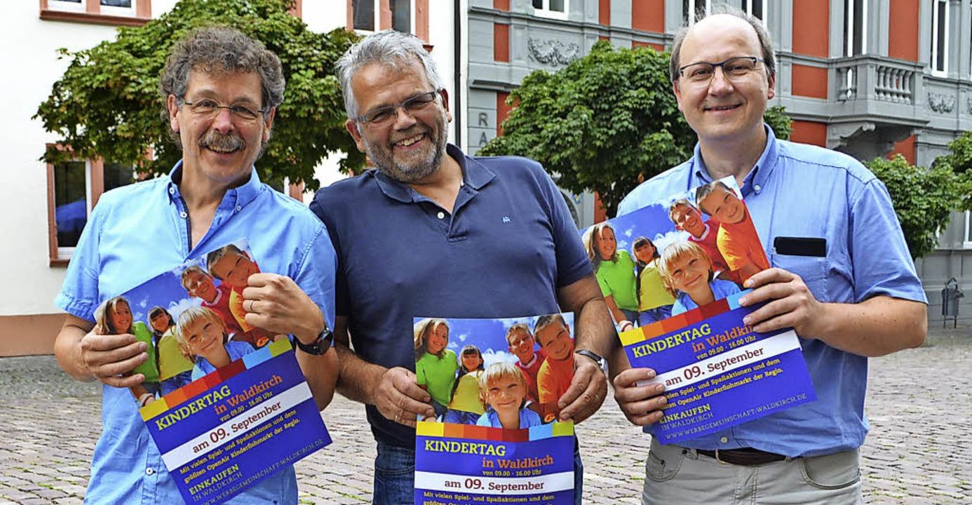 Bernhard Steinhart, Uwe Klos, Bernd Wi... links) mit den Flyern zum Kindertag.   | Foto: Nikolaus Bayer