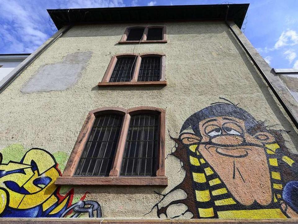 Das alte Gefängnis inklusive Graffiti muss bald einem Neubau weichen.  | Foto: Ingo Schneider