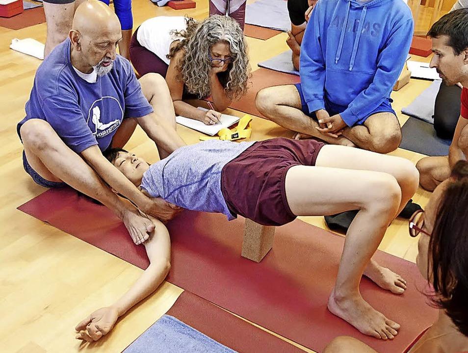 Der international bekannte Yogalehrer ... beim Institut für Yoga und Ayurveda.   | Foto: Silke Nitz