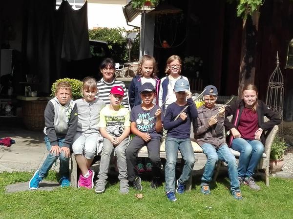 Auf eine Abenteuerreise mit Andrea Wenz aus Kippenheimweiler machten sich neumn Kinder aus Kippenheim auf. Vom Jugendzentrum in Kippenheim aus  ging es zu Fuß nach Kippenheimweiler, verbunden mirt vielen Informationen zum Ort.