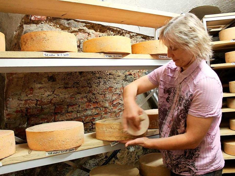 Petra Hummel mit dem hofeigenen Käse  | Foto: Erich Krieger