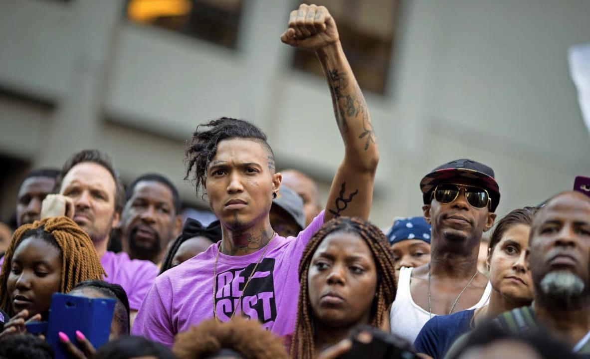 Im August protestierten Menschen vor d...et gibt es eine Solidaritätskampagne.   | Foto: AFP