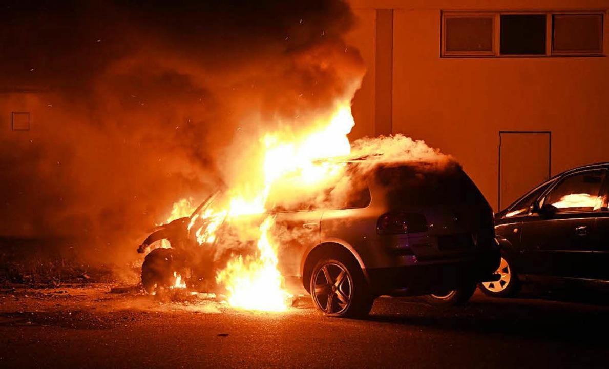 Auf dem Flugplatz brannte ein Fahrzeug aus.    Foto: Wolfgang Künstle