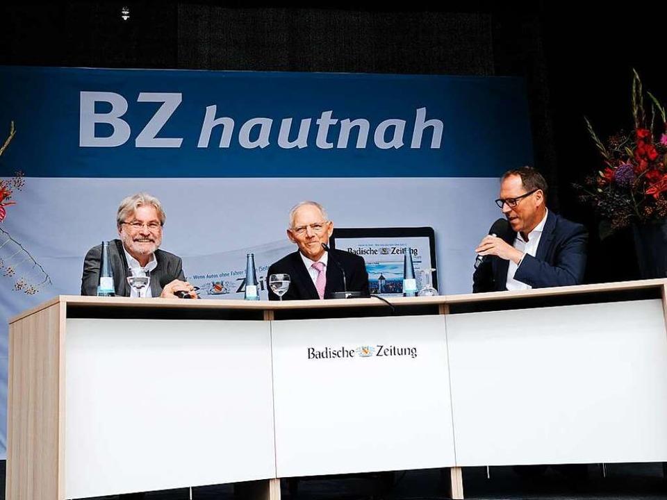 BZ-Herausgeber Thomas Hauser (lonks) u...ker mit Bundesfinanzminister Schäuble.  | Foto: Miroslav Dakov