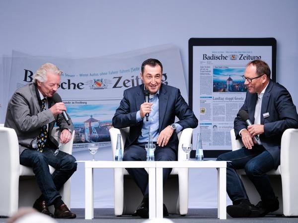 Cem Özdemir mit Stefan Hupka (links) und Thomas Fricker (rechts) von der BZ