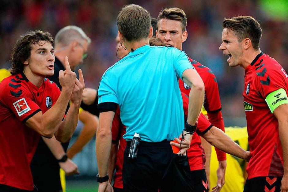 Die Szene des Spiels: Schiedsrichter Cortus zeigt nach dem Hinweis des Videoassistenten die rote Karte. (Foto: dpa)