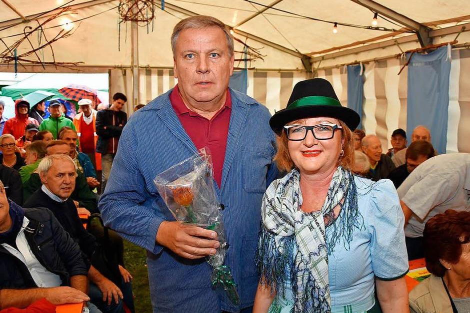 Bier und Wein gehören zum Hertener Herbst. Auch ein verregneter Abend konnte die Freude der Besucher und Veranstalter nicht trüben. (Foto: Heinz u. Monika Vollmar)