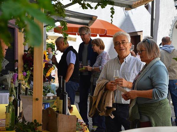 Beim Weinmarkt in Tüllingen konnten die Besucher mit ihren Weingläsern von Stand zu Stand schlendern.