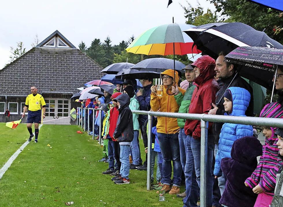 Die vielen Zuschauer waren wetterfest.  | Foto: Heinrich Fehrenbach