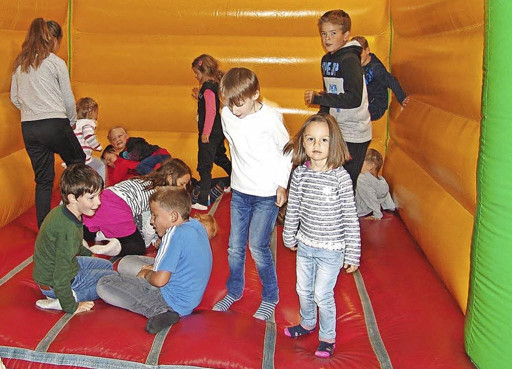 Viel Spaß hatten die Mädchen und Jungen  in der Hüpfburg.  | Foto: Heinrich Fehrenbach