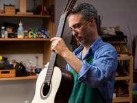 Sebastian Stenzel fertigt mit viel Aufwand Gitarren an