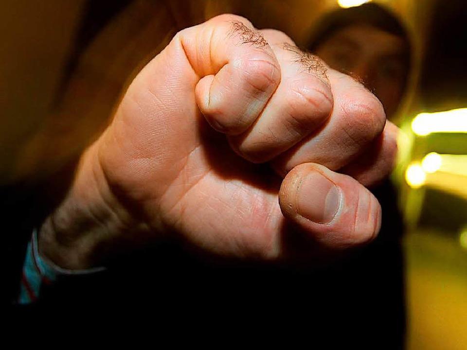 Der Ältere soll den Jüngeren geschlagen haben.  | Foto: dpa