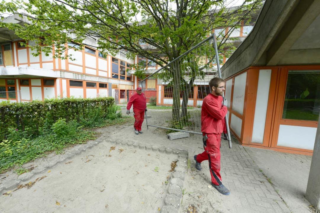 Christian Lerner und Viktor Richert sperren das Gebäude ab.  | Foto: Ingo Schneider