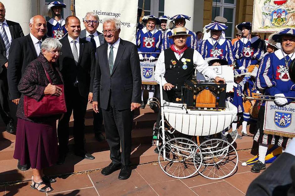 Vertreter aus Waldkirch mit dem Ministerpräsidenten und der Heimattagefahne im Hintergrund. (Foto: Sylvia Sredniawa)