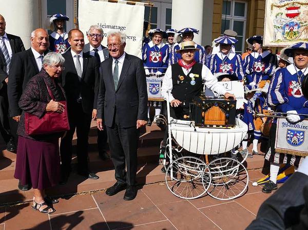 Vertreter aus Waldkirch mit dem Ministerpräsidenten und der Heimattagefahne im Hintergrund.