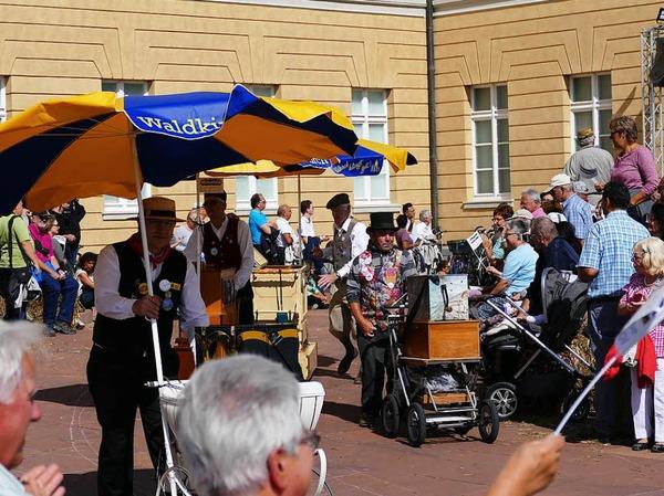 Waldkircher Drehorgelspieler beim Landesfestumzug, nahe des Karlsruher Schlosses.