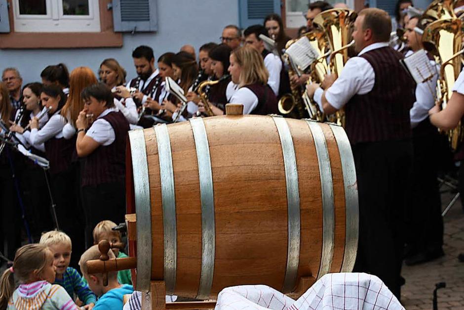 Das  Festweinfass wartet auf den Anstich, der Musikverein unterhält zum Auftakt. (Foto: Christiane Franz)