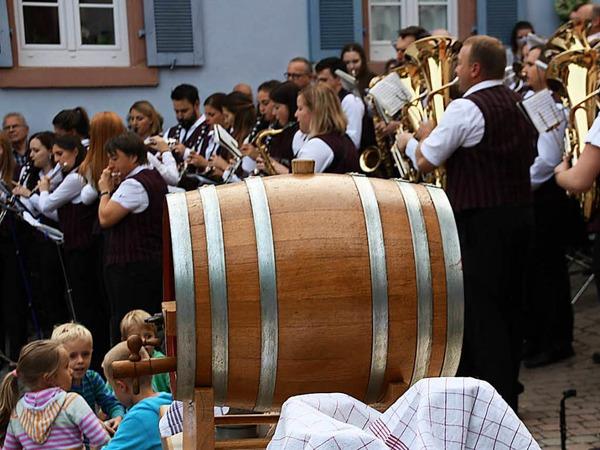 Das  Festweinfass wartet auf den Anstich, der Musikverein unterhält zum Auftakt.