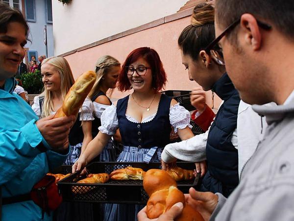 Hefe-Hoselipse verteilte die Landjugend bei der Festeröffnung an die Besucher.