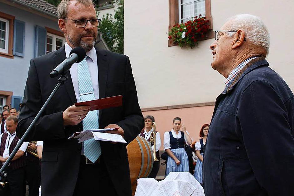 Ein Präsent überreichte Bürgermeister Harald Lotis (links) an Otto König, der zwei Jahrzehnte die Finanzen der Vereinsgemeinschaft beim Hoselipsfest verwaltete. (Foto: Christiane Franz)