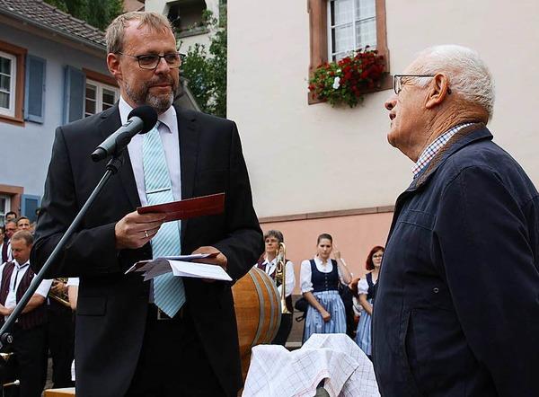Ein Präsent überreichte Bürgermeister Harald Lotis (links) an Otto König, der zwei Jahrzehnte die Finanzen der Vereinsgemeinschaft beim Hoselipsfest verwaltete.