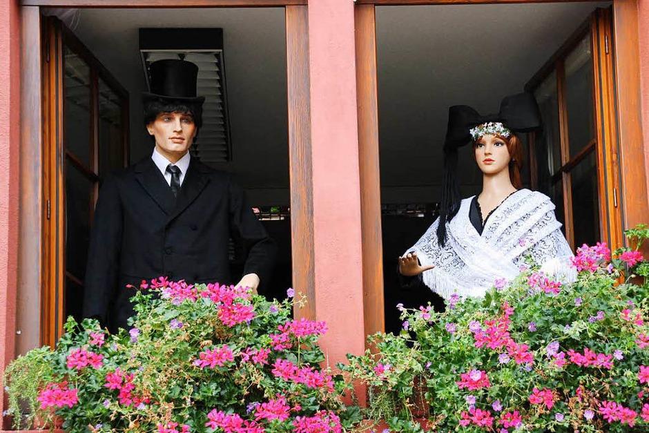 Historische Deko: Ein Brautpaar grüßt im historischen Gewand. (Foto: Christiane Franz)