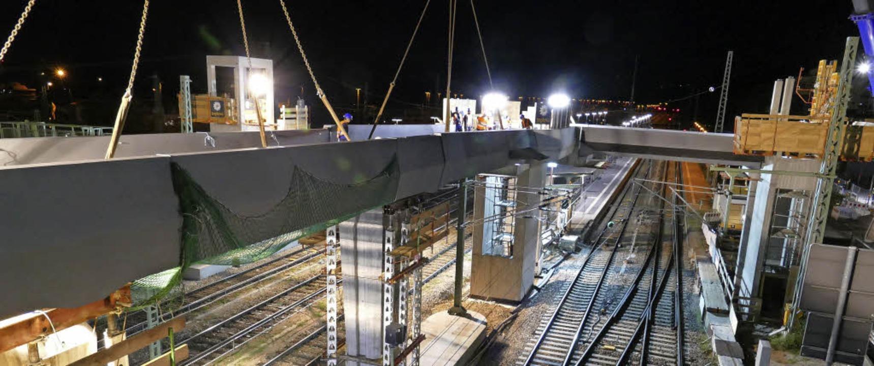 Am Montagmorgen kurz vor 3 Uhr ist der Brückenschlag geschafft.  | Foto: Ulrich Senf