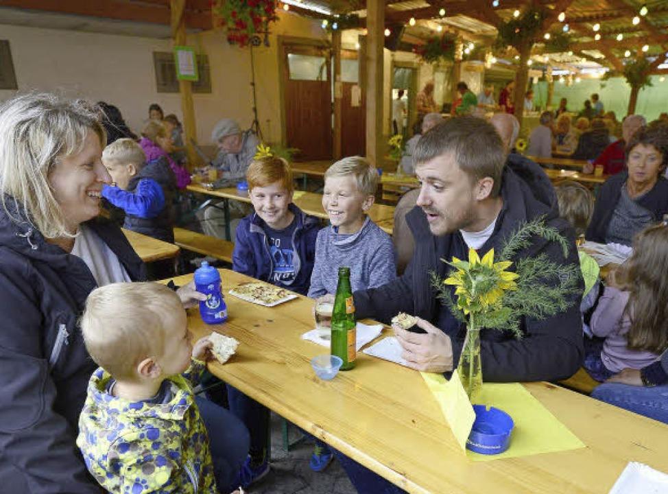 In der Laube des Männergesangvereins W...'s unter anderem Zwiebelkuchen.   | Foto: Ingo Schneider