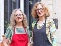 Zwei Freiburger Buchbinderinnen zeigen ihr Handwerk