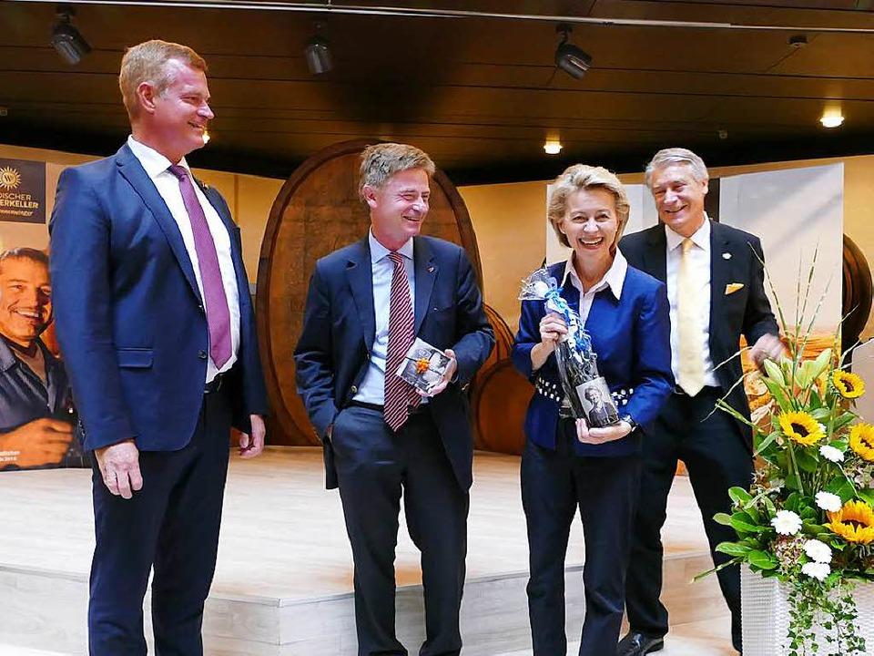 Beim Besuch von Bundesverteidigungsmin...em Vorstandsvorsitzenden der Kellerei.  | Foto: Gerold Zink