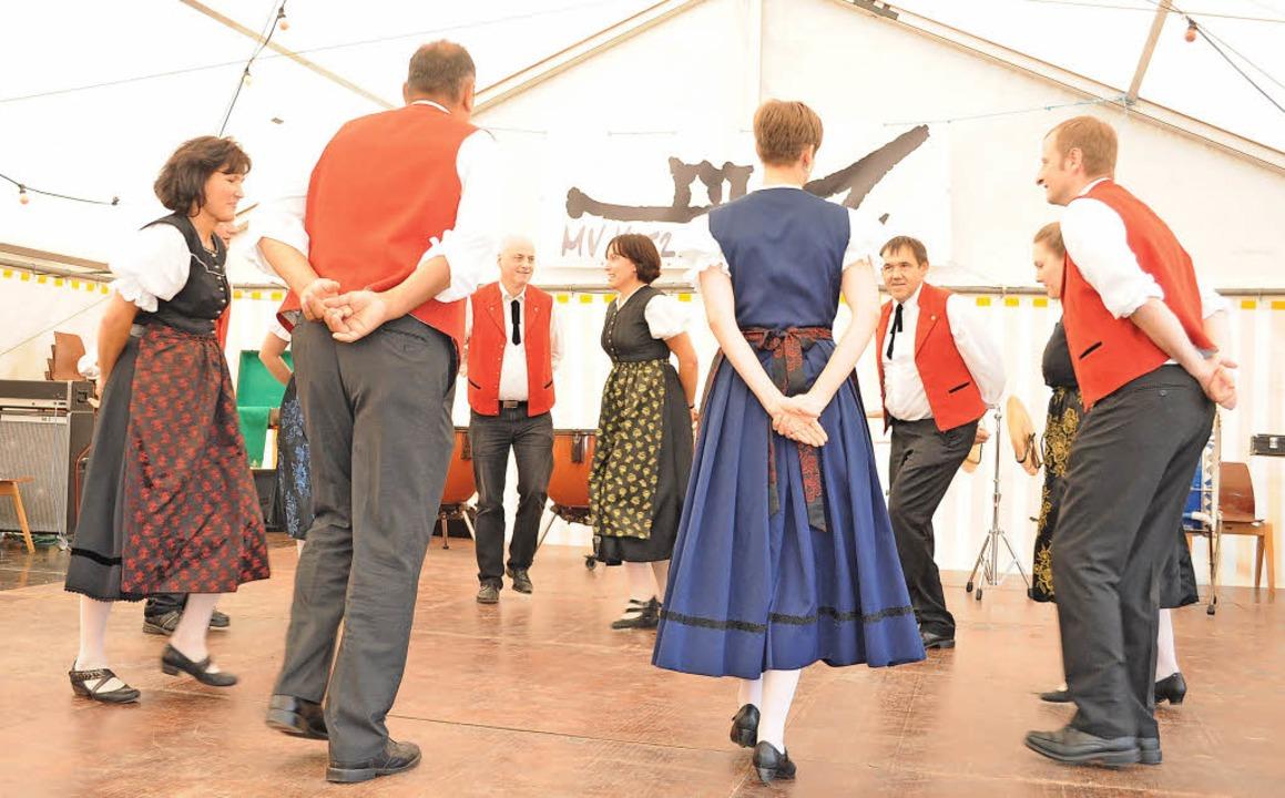 Viel Beifall gab es für die schwungvol...tänzer der Volkstanzgruppe Biederbach.    Foto: Hermann Kurz