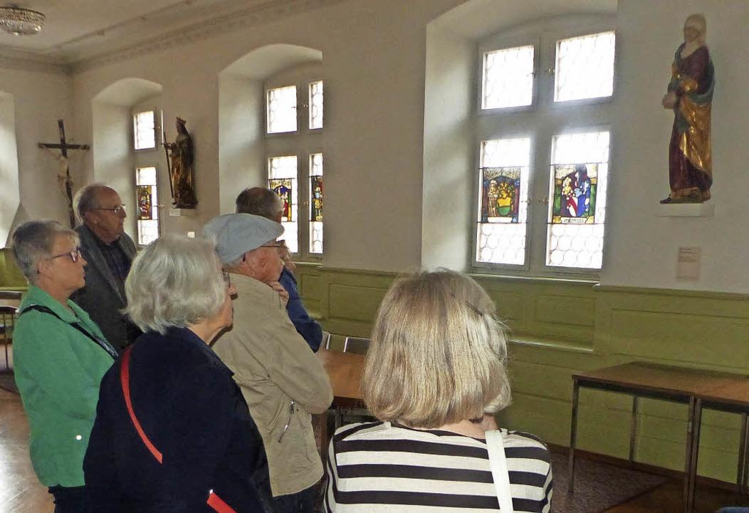 Im Alten Rathaus informierte Werner He...h über die Wappenscheiben im Ratssaal.  | Foto: Stadtarchiv Endingen